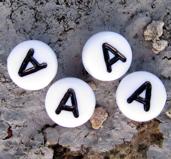 Bokstavspärlor i acryl - A vit rund, 4- pack