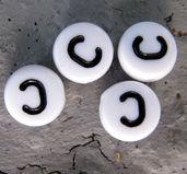 Bokstavspärlor i acryl - C vit rund, 4- pack