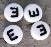 Bokstavspärlor i acryl - E vit rund, 4- pack
