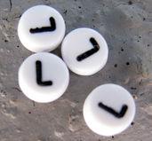 Bokstavspärlor i acryl - L vit rund, 4- pack