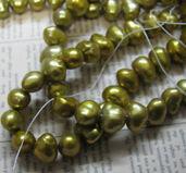 Sötvattenspärlor nugget - Guldgrön 7- 8mm, 1 sträng